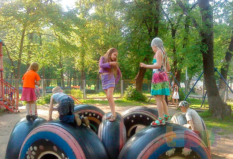 Машина из колес детская